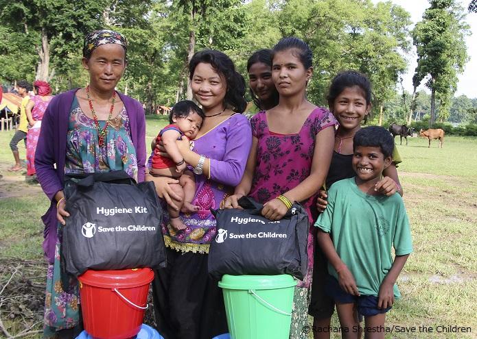 衛生キットを受け取った家族(ネパール)